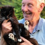 Mèo Olive 24 tuổi và người chủ nuôi John Burgess.