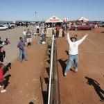 Người dân Mỹ (trái) và Mexico chơi bóng chuyền qua hàng rào biên giới.